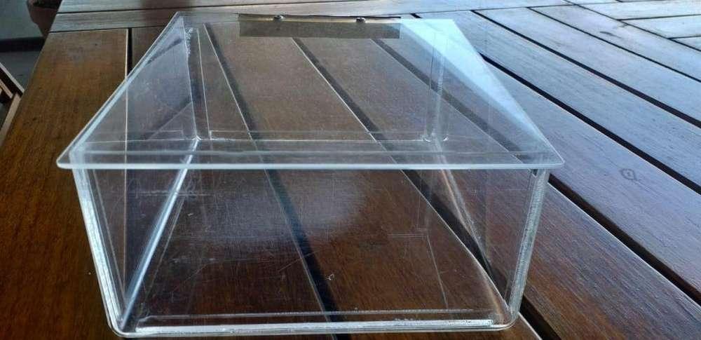 Vendo Cajas de Acrílico usadas. Excelente estado. 500 c/u.