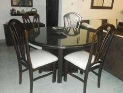 Mesa de Comedor con Cuatro Sillas