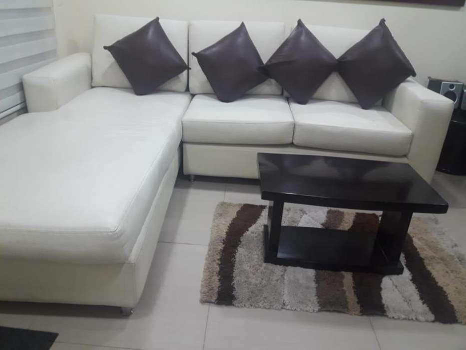 Juego de sala con sofá, 2 mesas de centro y atril, se vende junto o separado