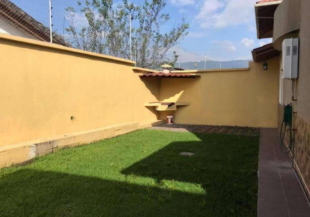 Renta De Casa ubicada en Dean Bajo Valle De Los Chillos. 4 Habitaciones.