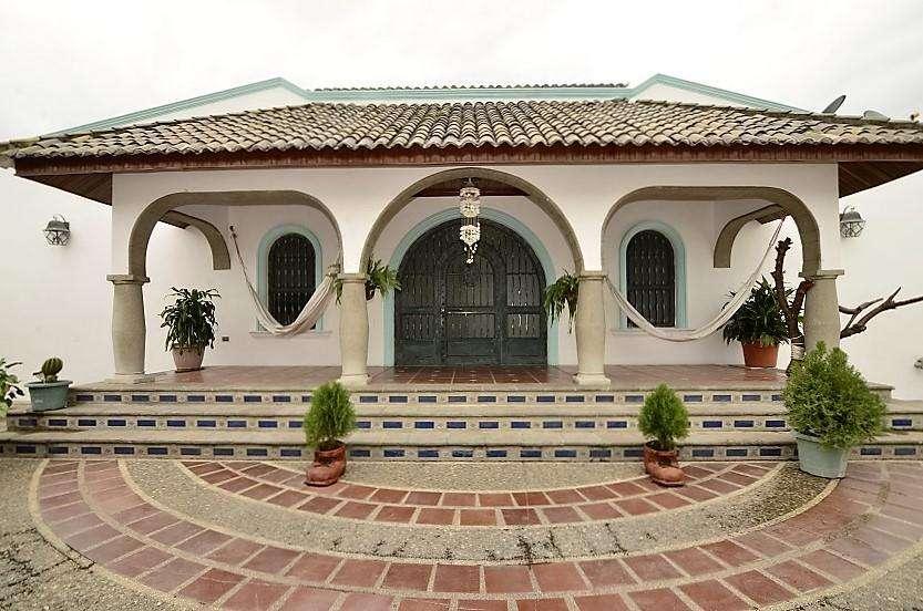 Venta de casa estilo español en Ceibos Santa Cecilia, con piscina 4 dormitorios