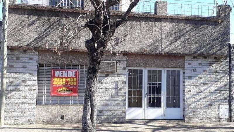 VENTA - AMPLIA CASA DE DOS PLANTAS - EXCELENTE ESTADO. PARAGUAY 5300