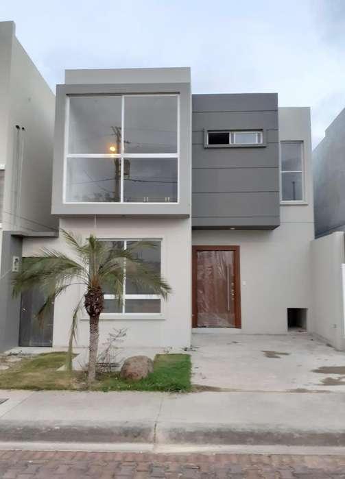 Casa de venta de 3 dormitorios con diseño moderno, Urb. San Antonio.