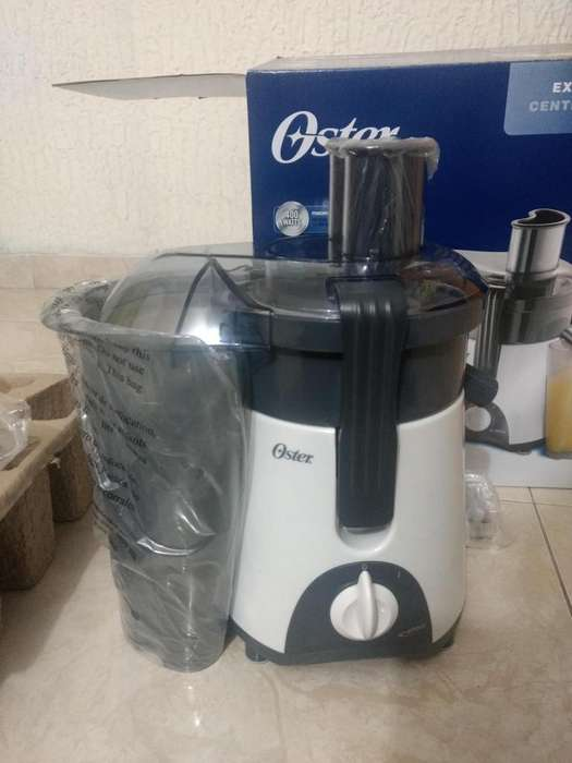 Vendo Extractor de jugos Oster de 750ml 400 Watts