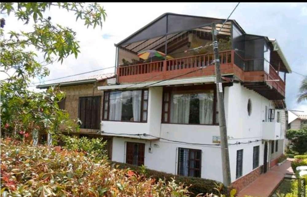 bonita casa de tres pisos con buena vista y buen acceso a todo