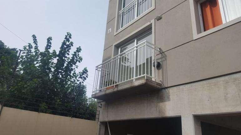 Departamento contrafrente con balcón.