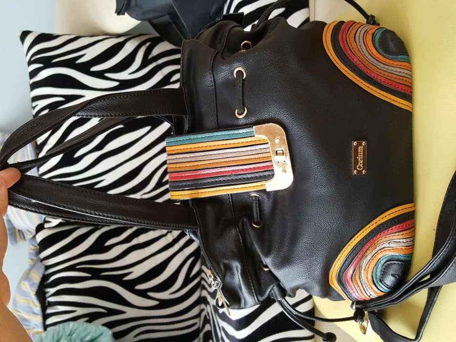 Cartera negra con colores