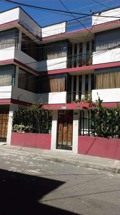 Venta de casa de 3 pisos con 4 departamentos en la Magdalena.