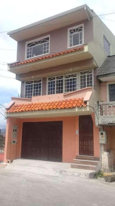 Casa de Tres Pisos en Venta Sector La Salle Cuenca