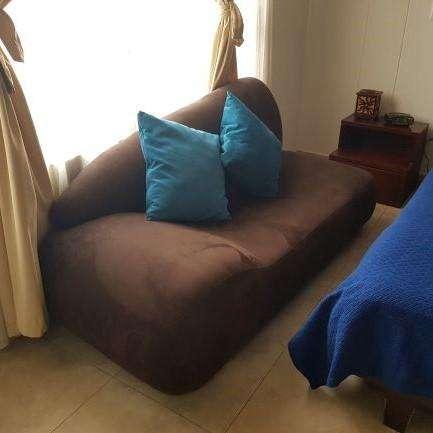 Lindo sofá de 2 puestos en microfibra con cojines.
