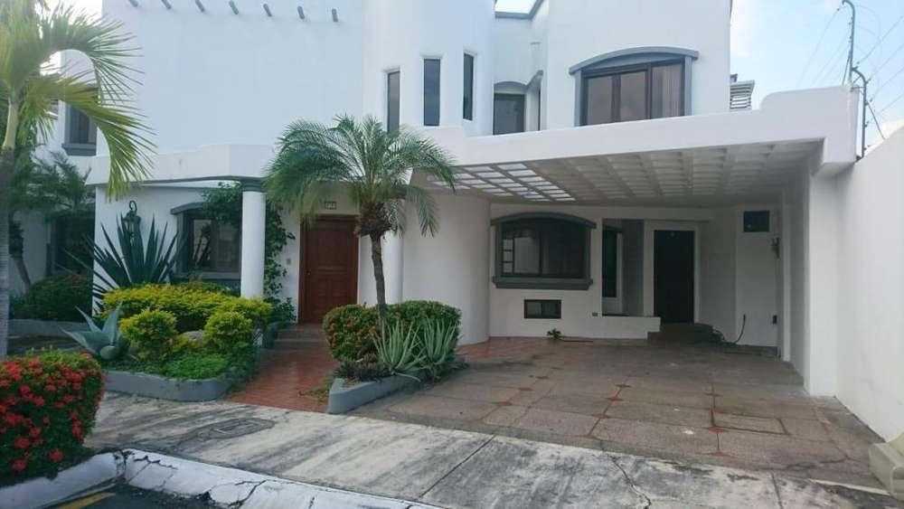 Alquiler de Casa en Urb. El Álamo Km 2.5 Via a Samborondon, entrada por la Parrilla del Ñato