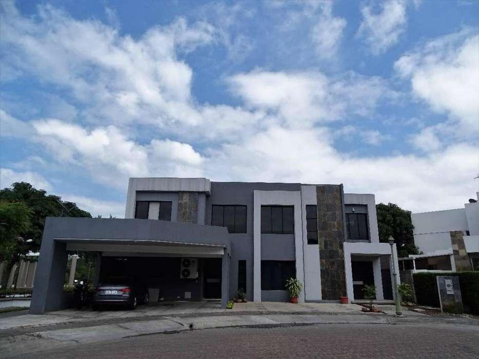 Venta: Linda Casa de 5 Hab. Urb. Portofino, Km. 11 Vía a La Costa