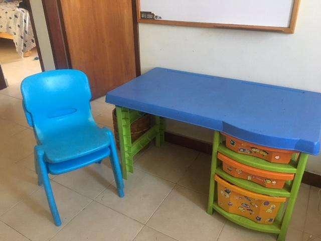 escritorio infantil y sillas