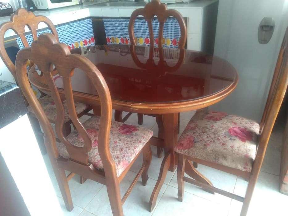 Comedor mesa ovalada con su vidrio y cuatro sillas en buen estado