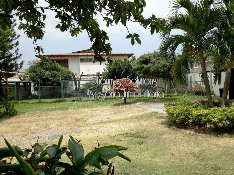 Colinas de los Ceibos se renta o vende casa con mega patio y jardin con piscina de 3 hab con oficina y estudio