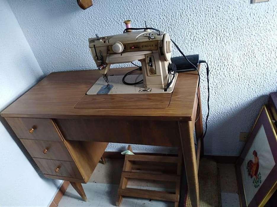 Maquina de Coser Singer. Con mueble de madera y pedal