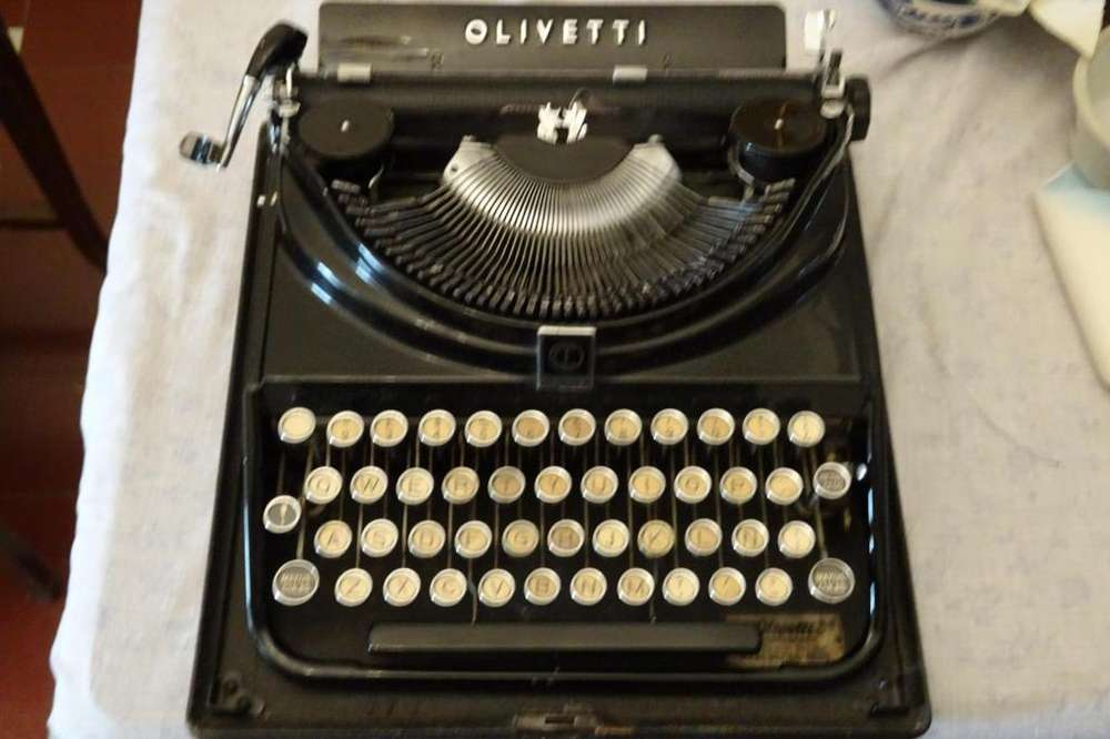 maquina de escribir Olivetti antigua funcionando