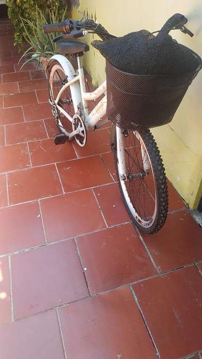 bicicleta playera mediana, blanca, buen estado .