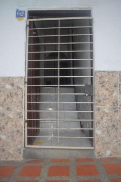 Reja metálica para puerta con pasador