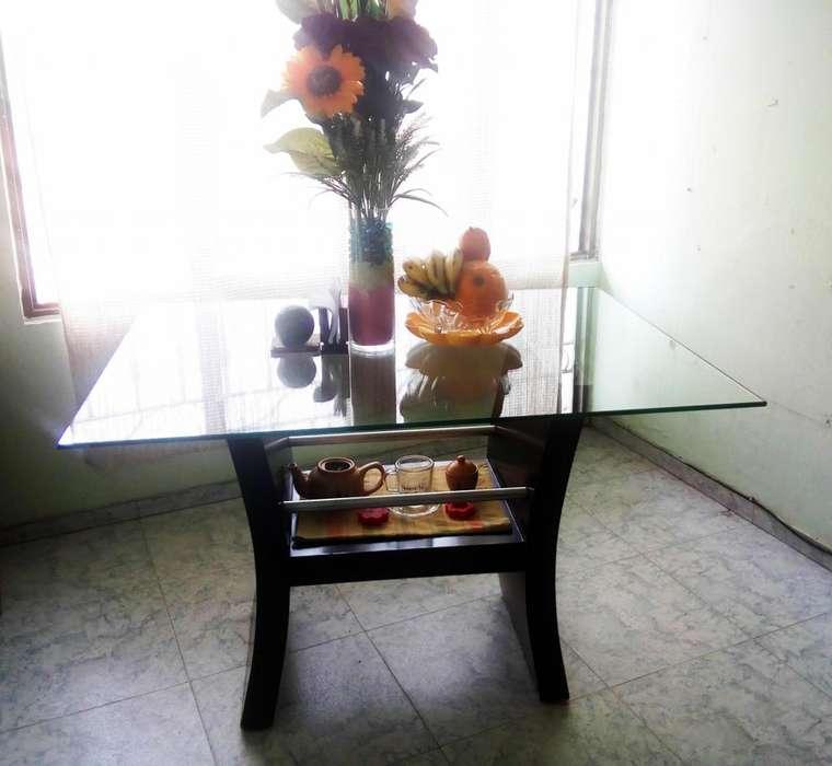 Vendo Bonita Mesa para <strong>comedor</strong> en Vidrio sin sillas en Excelente Estado