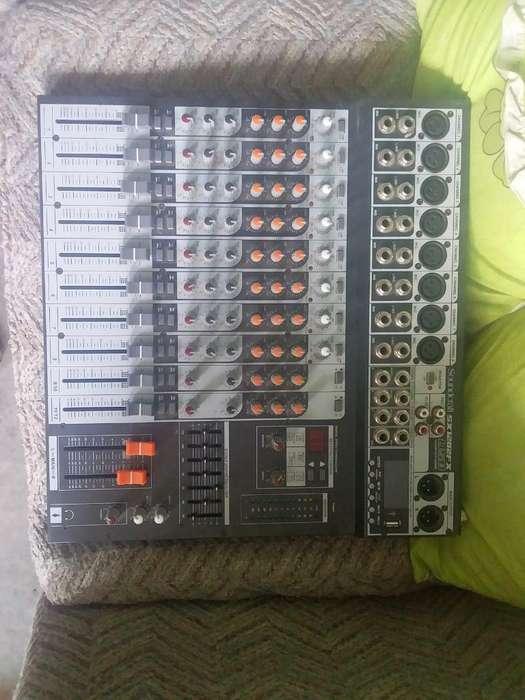 Consola Soundcraft de 12 Canales