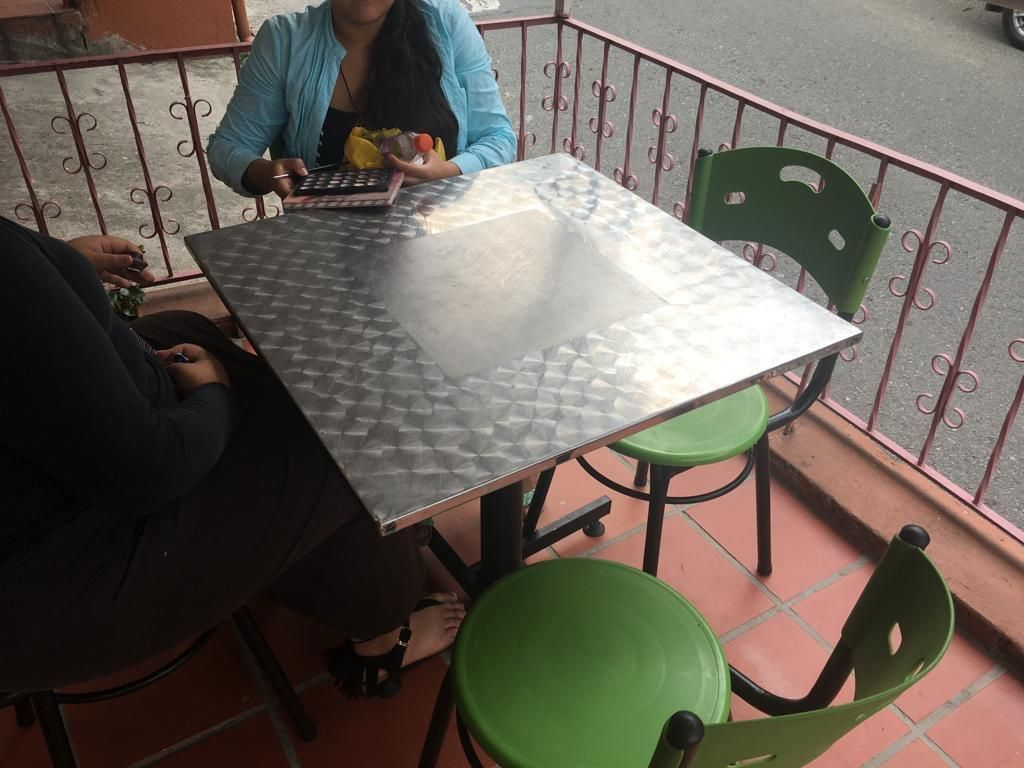Mesa con 4 Sillas Hay 4 Juegos