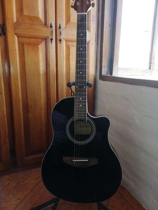 Guitarra electroacustica con amplificador