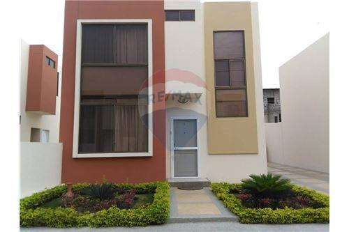 casa de venta en Manta dentro de Urbanización