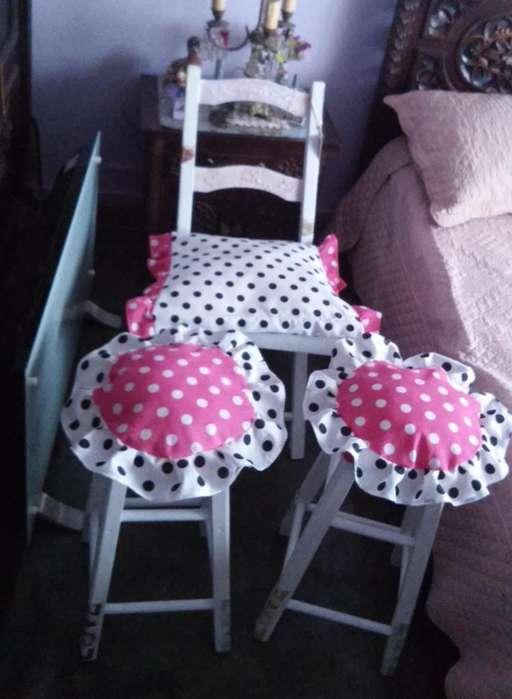 2 banquetas y silla de campo.