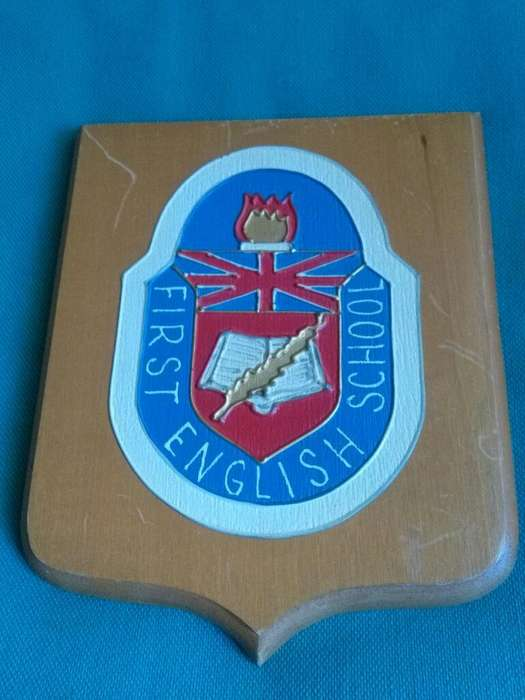 Escudo del First English School de Don Bosco pintado a mano sobre madera 1980s