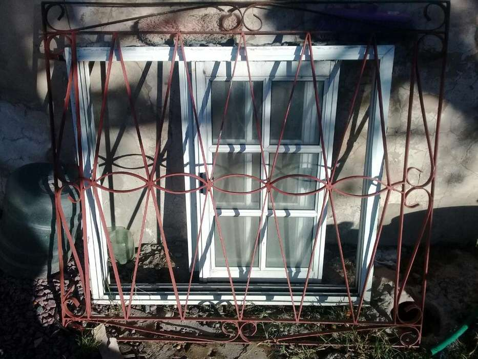 <strong>ventana</strong> Vidrio Repartido con Reja