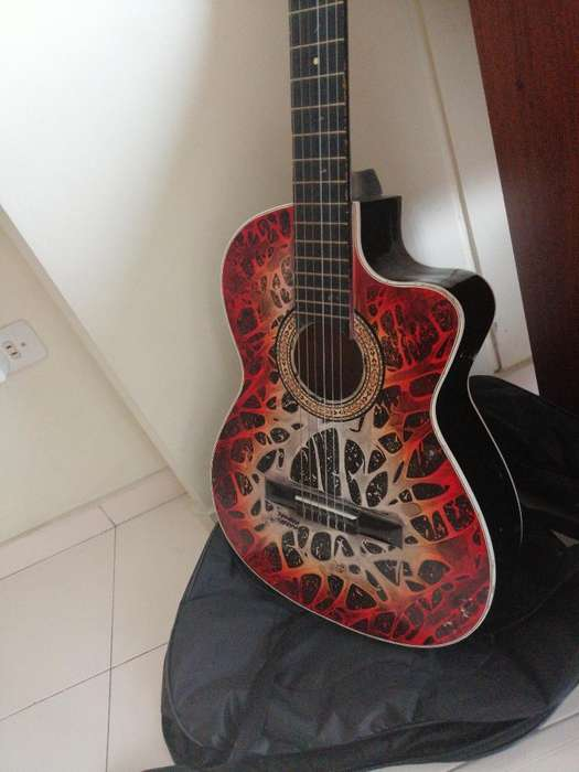 Vendo Guitarra Acústica en Buen Estado