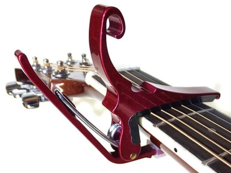Capodastro para guitarra Kyser Kg6r Americano Made In Usa Color Rojo Quick Change Original marca en Altorrelieve