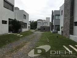 Muy buen dúplex en  housing en excelente ubicación sobre Eguía Zanón, en el corazón de Villa Warcald