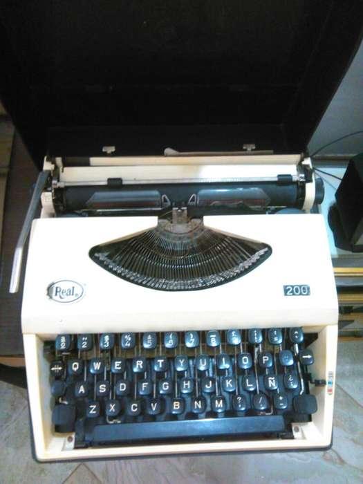 Antigua Maquina de Escribir. Marca Real. Antigüedad Retro.