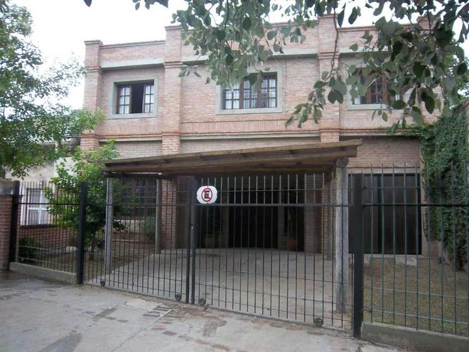 Casa con pileta, Quincho y Garage para tres autos