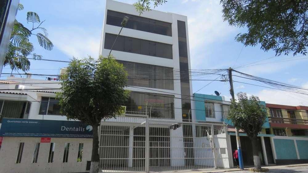 VENDO O ALQUILO EDIFICIO COMERCIAL DE 5 PISOS, CON ÁREA COMERCIAL, ADMINISTRATIVA, VIVIENDA. EN AV YANAHUARA, AREQUIPA.