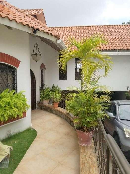 Lomas de Urdesa vendo hermosa casa a desniveles con 4 dormitorios