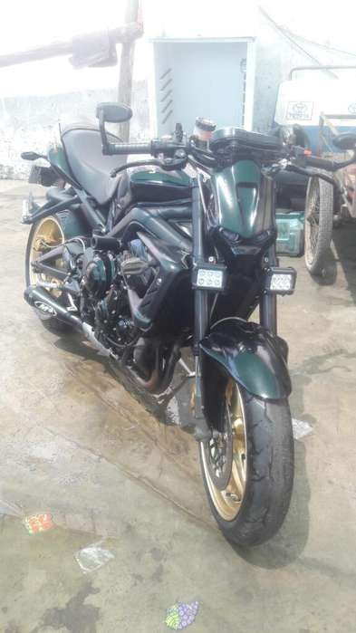 Moto Triumph Naked Sport