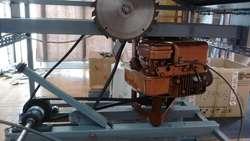 Sierra circular para cortar madera con motor a nafta.