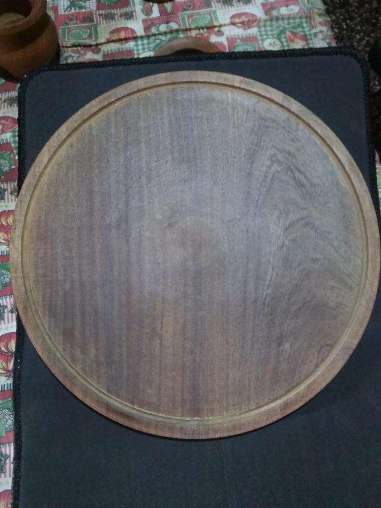 Plato pizzero, confeccionado en madera de algarrobo.