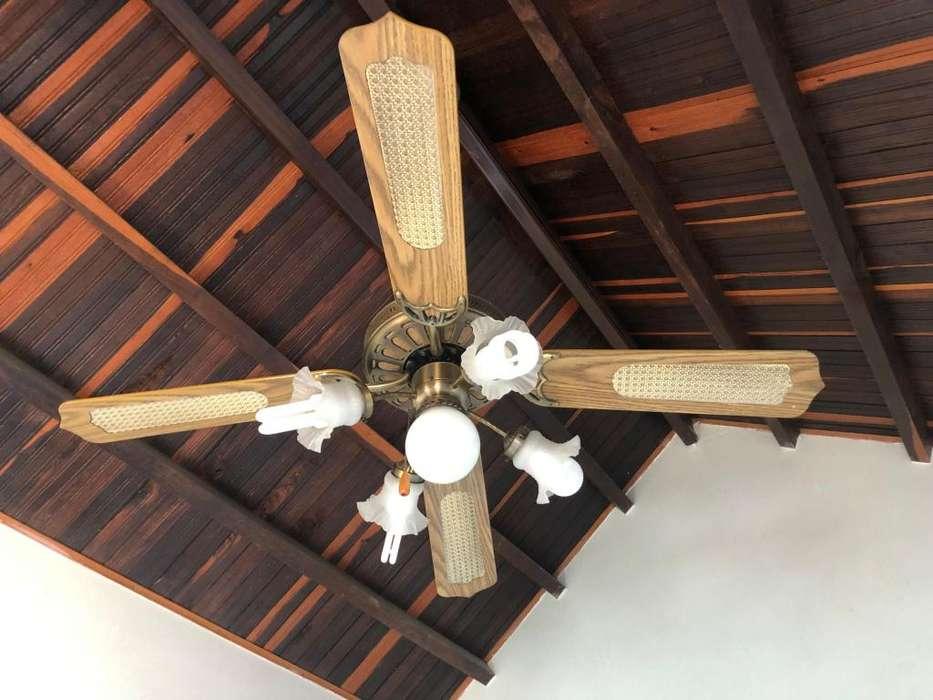 Ventilador de techo en buen estado, 4 aspas y 5 luces