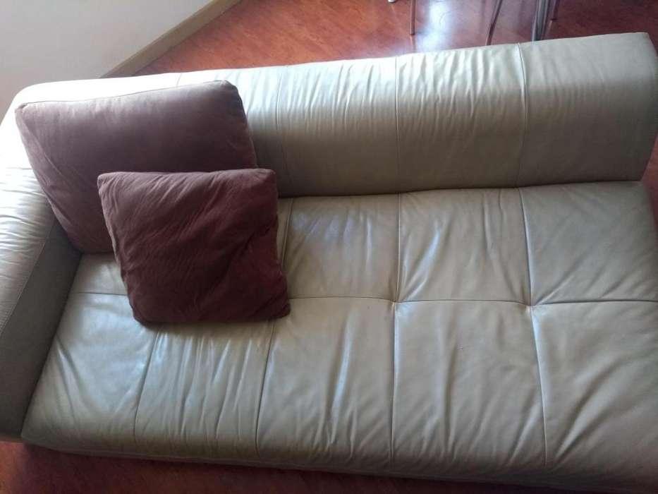 Mueble de cuero diseño italiano. Usado.