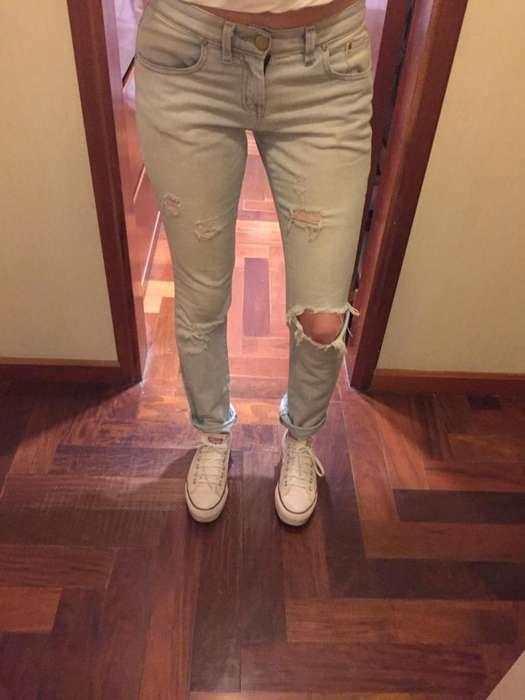 Pantalon con roturas 47 Street talle 26