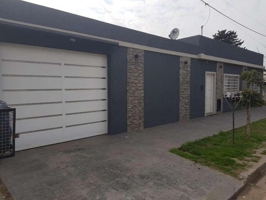 Casa de dos dormitorios con garage y parque en venta en Berisso La Plata