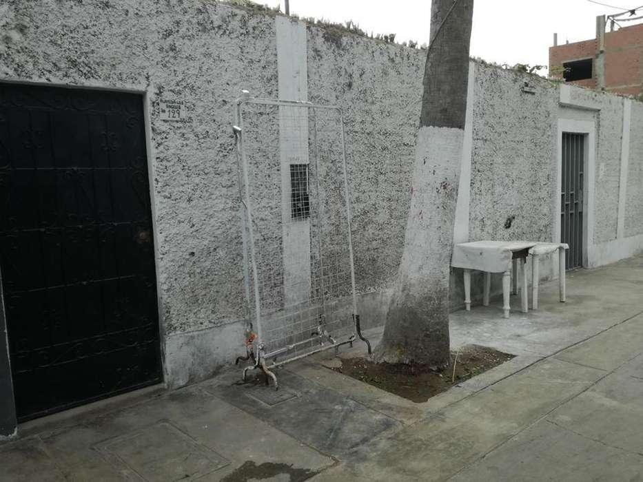 Venta de Casa como Terreno en Surco Pueblo 215 mt2, con parámetros para 5 pisos y dos frentes. Tiene una