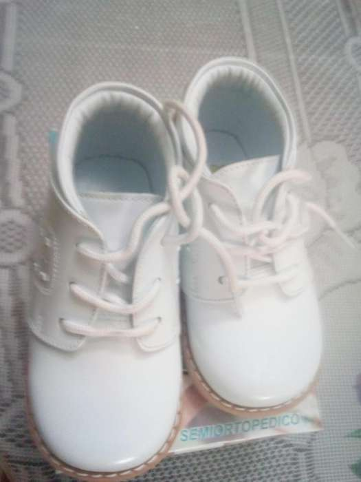 Zapatitos blancos para bebé