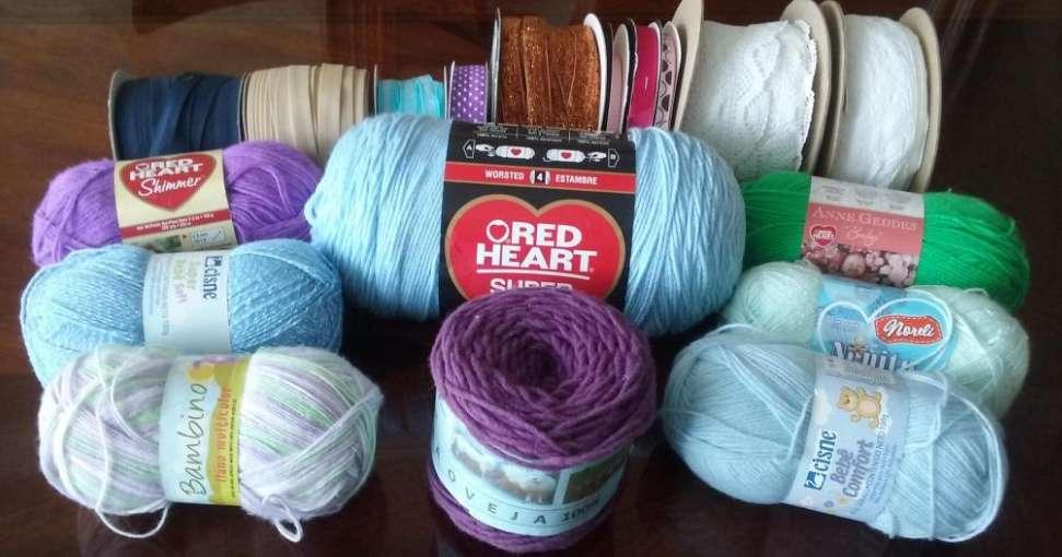 Vendo lanas, hilos, agujas y botones, todo para manualidades.