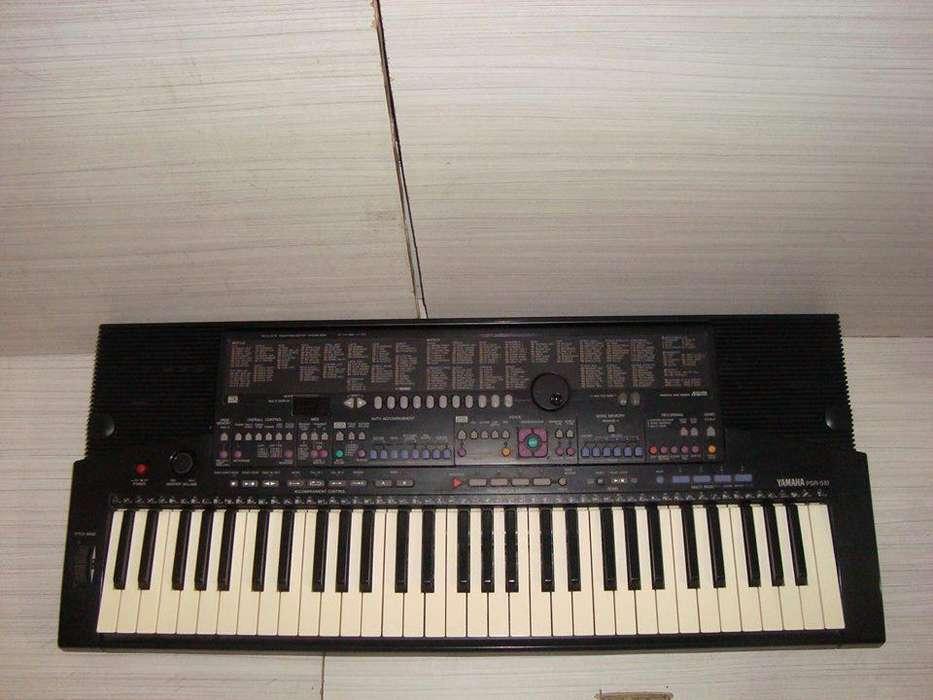 Piano Yamaha PSR 510 sintetizador con controlador Midi de ritmos.