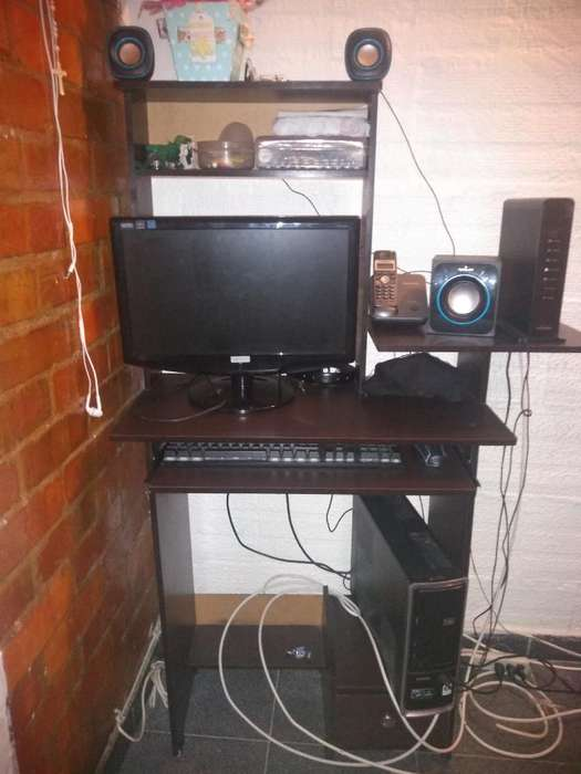 Computadora con Mesa Incluida